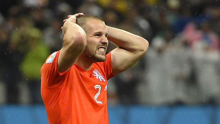 Ron Vlaar reageert verslagen na zijn gemiste penalty. Beeld afp