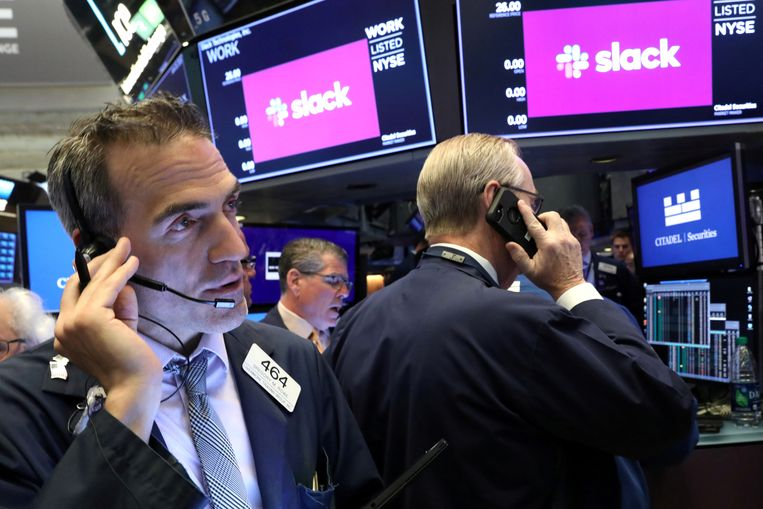 Traders houden de beursgang van Slack in de gaten in de New York Stock Exchange.  Beeld REUTERS