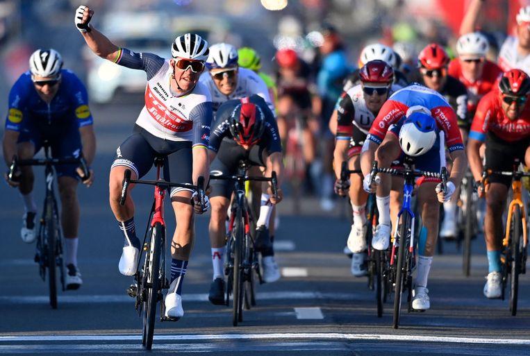 Mads Pedersen sprint sneller dan Anthony Turgis en Tom Pidcock. Beeld AFP
