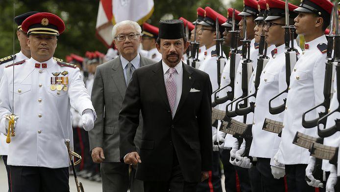 De sultan van Brunei (rechts) is op staatsbezoek in Singapore. Samen met Singaporees president Tony Tan schouwt hij de erewacht.