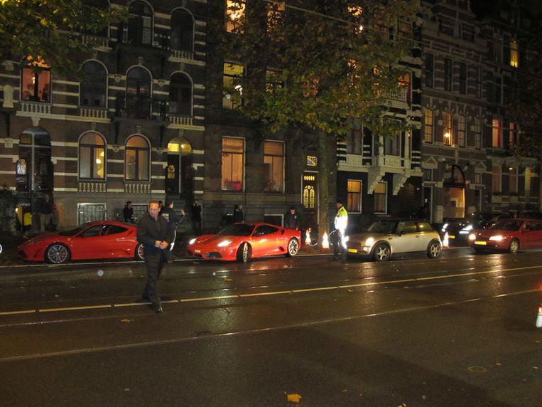 Het laten inparkeren van twee Testarossa's bezorgt de bedrieglijk echte nepagent status en het verkeer ergernis. Beeld