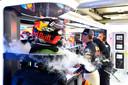De helm van Max Verstappen wordt gekoeld, voorafgaand aan de Grand Prix van Duitsland in 2018 op de Hockenheimring.