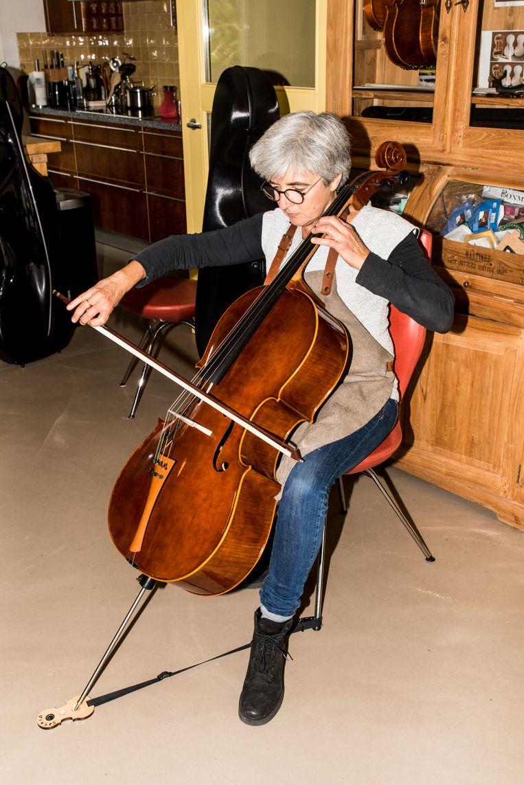 Saskia Schouten probeert haar cello's zelf uit. Beeld Jan Mulders