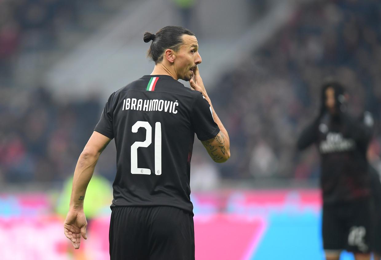 Zlatan Ibrahimovic kijkt om zich heen, zelfverzekerd, ijzersterk en groot; gigantisch zelfs. Hij is terug in San Siro. Beeld REUTERS