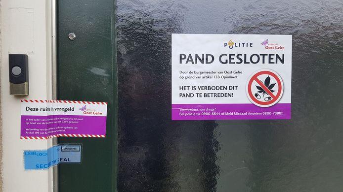 Met deze sticker is duidelijk gemaakt dat de woning gesloten is door de burgemeester.