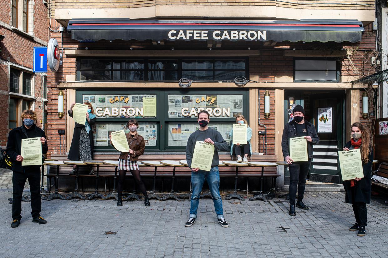 Een actie van café Cabron in Antwerpen. Op 1 april zal de horeca intussen een half jaar dicht zijn, nog zonder de sluiting uit de eerste lockdown erbij te tellen. Beeld Klaas De Scheirder