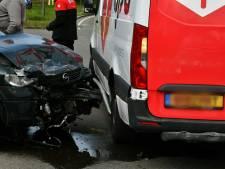 Ravage na aanrijding met drie auto's in Enschede: gewonde naar ziekenhuis