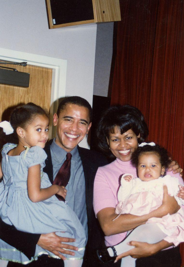 Barack en Michelle Obama en hun dochters Malia en Sasha bij de doop van Sasha. Beeld Familiearchief Obama-Robinson