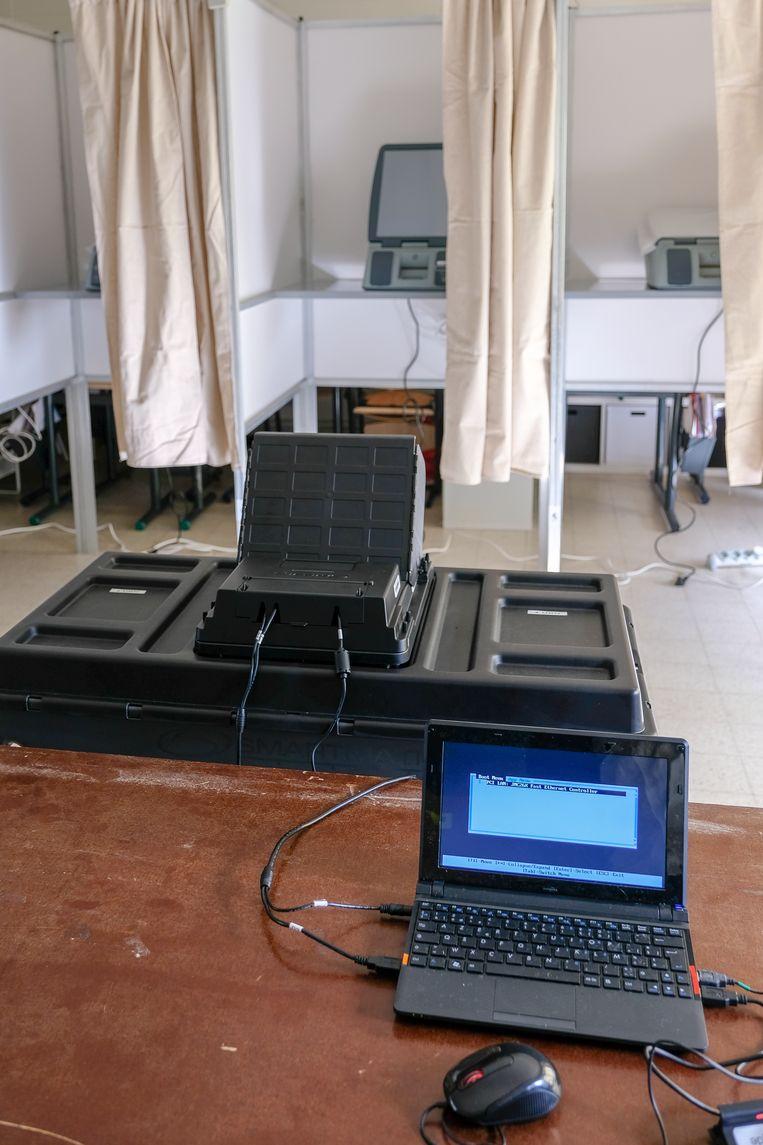 Computer van de verantwoordelijke van het stemlokaal start op voor controle.