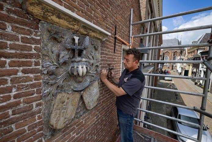 Een bijzondere gevelsteen aan een pand in de Boven Nieuwstraat wordt door Steenhouwer Michiel van Ommen weer in ere hersteld.