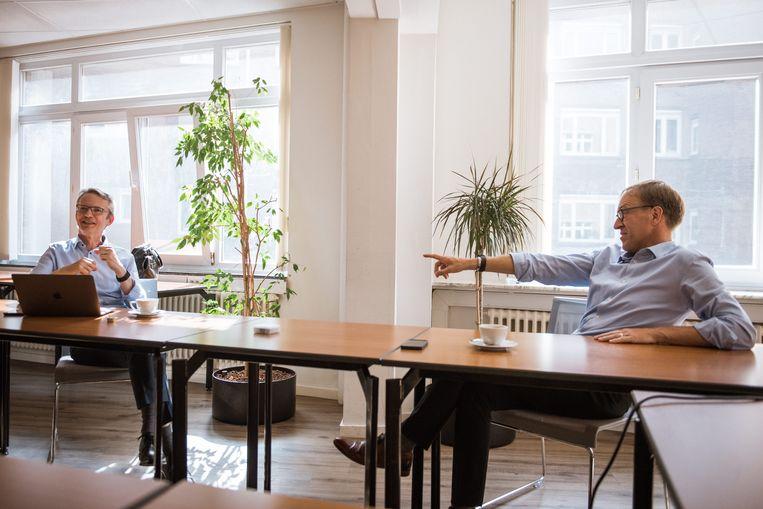 Luc Sels en Rik Van de Walle: 'Het mentaal welzijn bij studenten was natuurlijk een probleem. Maar hier is nuance nodig. Soms leek het alsof er geen welzijn meer was onder jonge mensen. Dat was ook niet het geval.'  Beeld Wouter Maeckelberghe