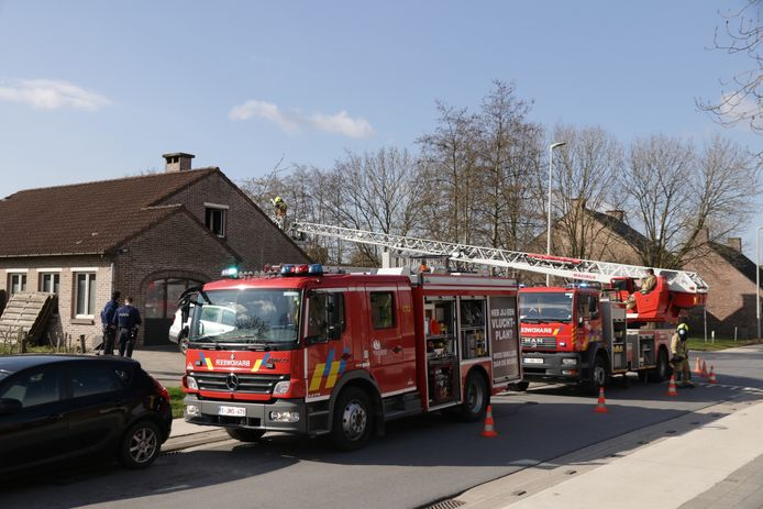 De brandweer van Kruibeke moest maandagochtend een schouwbrand in de Heirbaan in Melsele blussen.