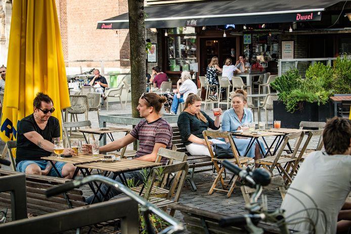 ANTWERPEN, BELGIUM - JULY 23 : Terrasjes op de Dageraadplaats, obers met mondmaskers noteren gegevens van de klanten pictured on July 23, 2020 in Antwerpen, Belgium, 23/07/2020 ( Photo by Joel Hoylaerts / Photonews