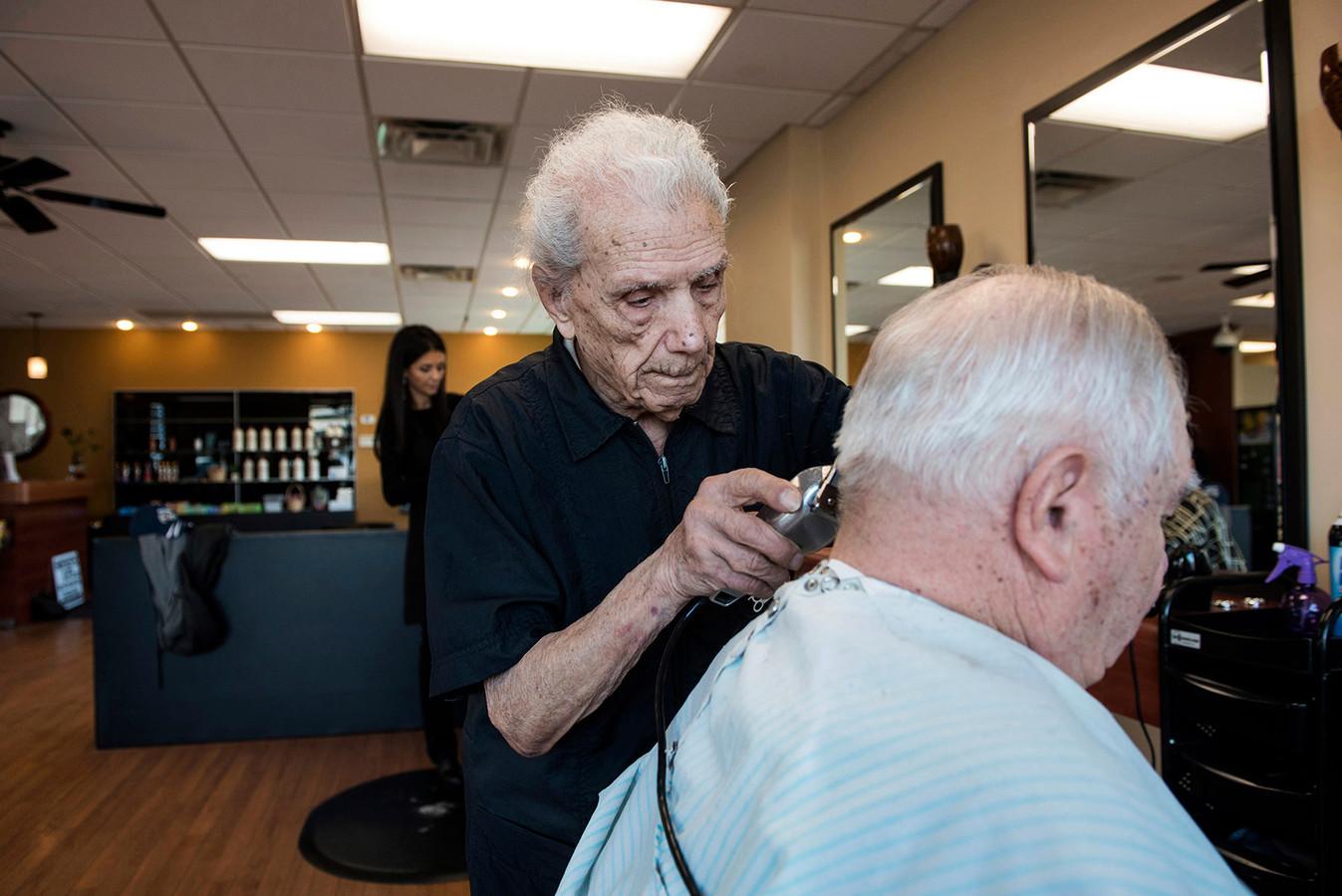 Anthony Mancinelli in 2017, nog hard aan het werk. Hij overleed vorige week op 108-jarige leeftijd.
