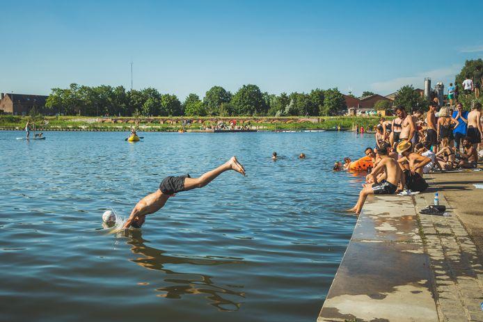Archiefbeeld: Ondanks het verbod werd afgelopen zomer volop gezwommen in het Houtdok. De verleiding bleek moeilijk te weerstaan.