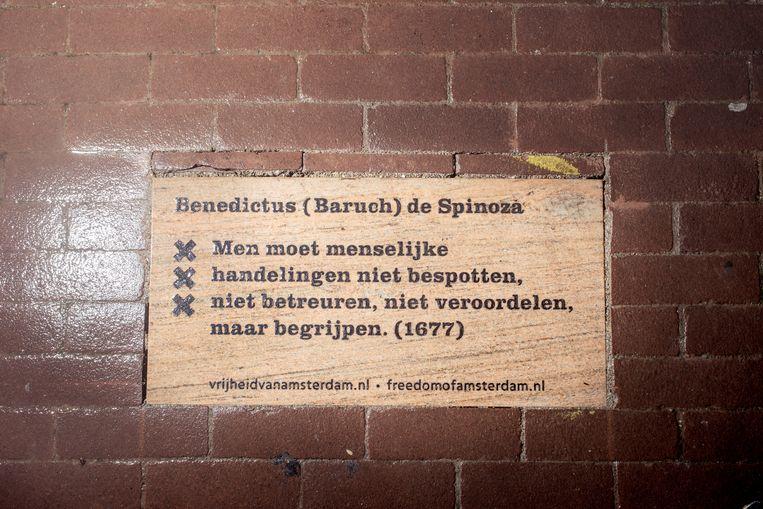 De tegel van Spinoza op het Waterlooplein. Beeld Jakob Van Vliet