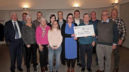 Toneelgroep Prutske schenkt cheque aan Rode Kruis