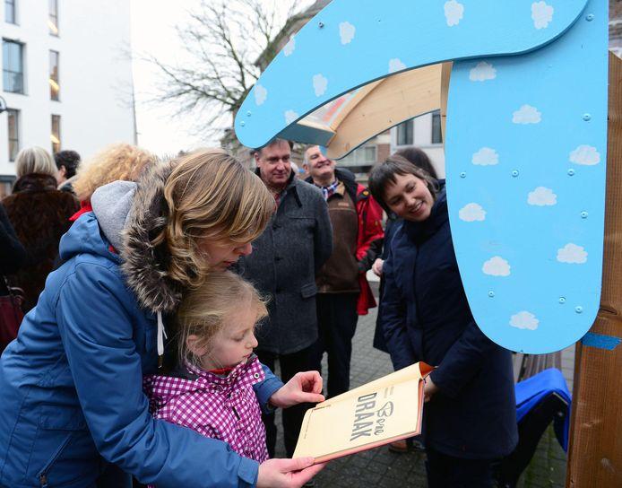Schepen Bieke Verlinden (rechts) bij de inhuldiging van een boekentil.