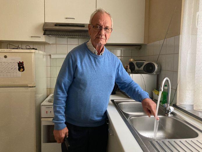 Guido Buvé (73) woont in de appartementsblok waar de bewoners van de appartementsblok al sinds zaterdagmiddag zonder warm water zitten.
