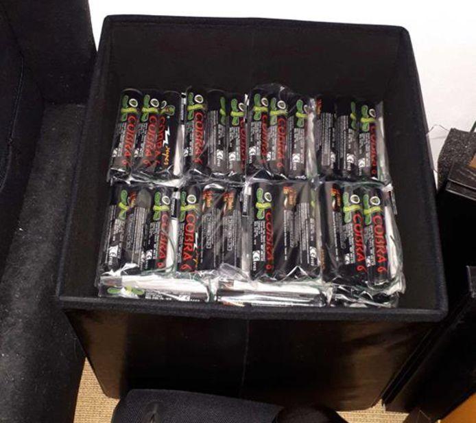 Een doos met Cobra 6-vuurwerk, dat eerder door de politie in beslag werd genomen.