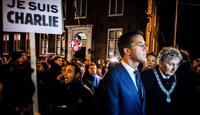 Premier Mark Rutte  en toenmalig burgemeester Eberhard van der Laan van Amsterdam tijdens een demonstratie naar aanleiding van de aanslag in Parijs in 2015.