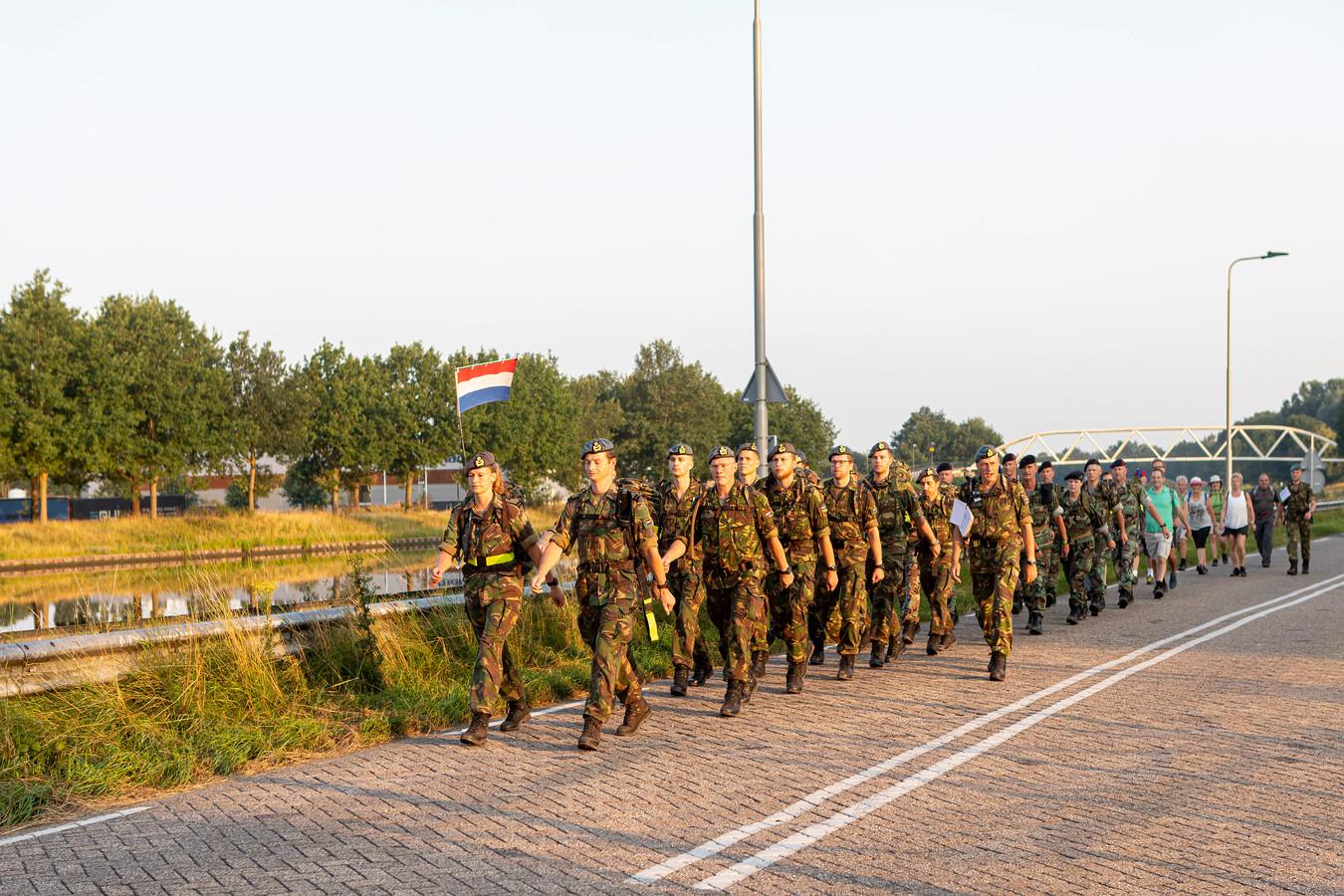 Vanaf het Dongense mob-complex van Defensie langs het Wilhelminakanaal richting Loon op Zand. In korte broek en groen shirt de Woensdrechtse burgemeester Steven Adriaansen.