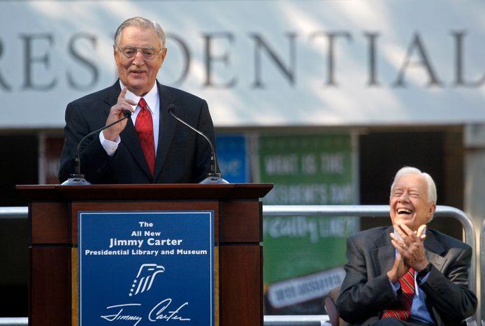 Oud-vicepresident Walter Mondale (links) spreekt tijdens de openingsceremonie van de hernieuwde Carter Presidential Library in Atlanta in 2009. Rechts zit oud-president Jimmy Carter onder wie Mondale diende.