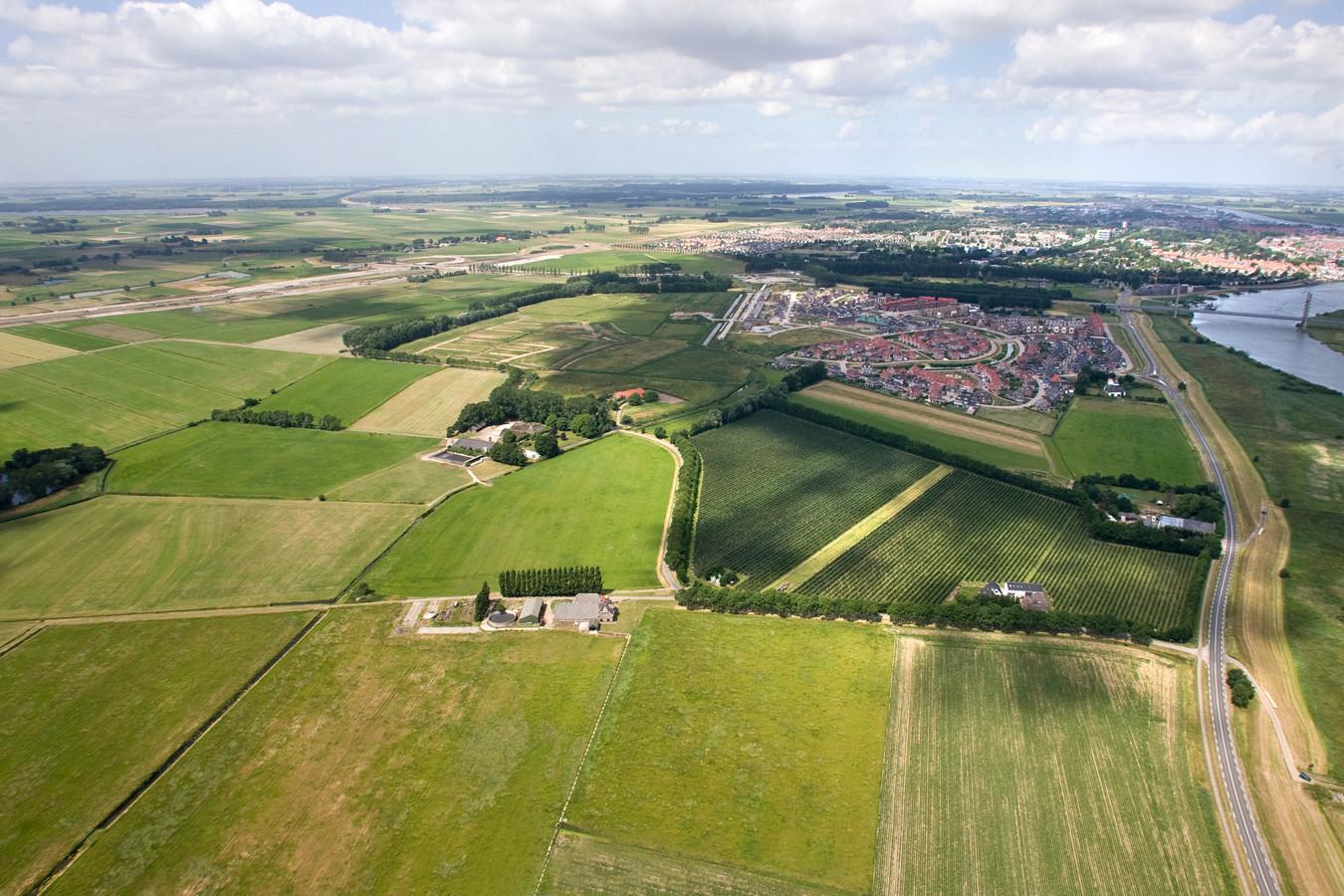 Het gebied ten zuiden van Kampen is in juni 2006 nog een aaneenschakeling van weilanden. Hier komt de hoogwatergeul, die overtollig IJsselwater afvoert richting het Drontermeer.