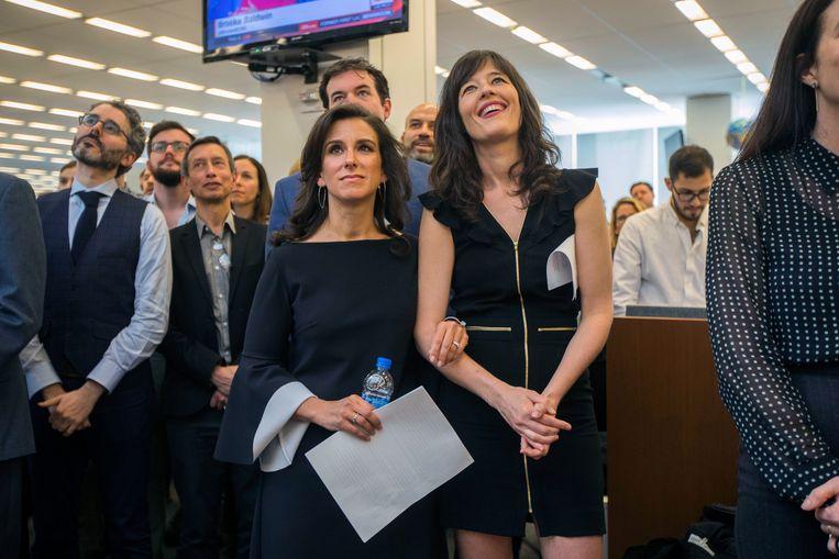 April 2018: Jodi Kantor (l) en Megan Twohey horen op de redactievloer dat ze de Pulitzer-prijs hebben gewonnen: 'Iedereen wil succes, en Weinstein buitte dat perfect uit.' Beeld NYT / HIROKO MASUIKE