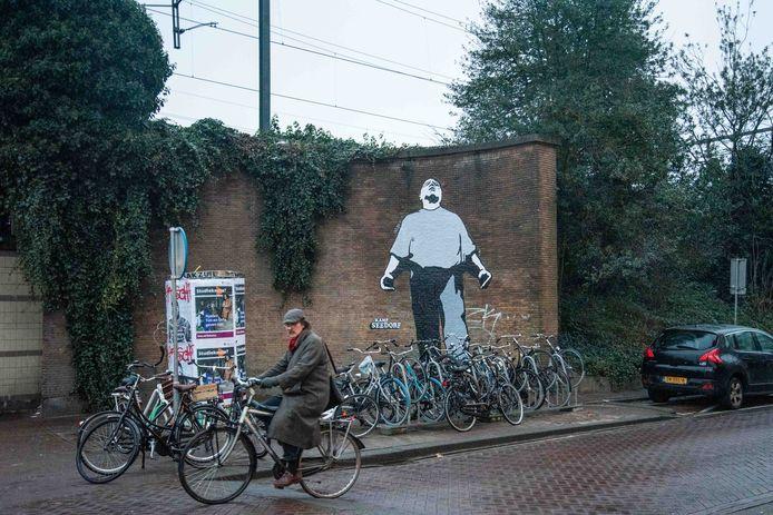 De Dokwerker op de kruising van de Insulindeweg en de Celebesstraat in Amsterdam-Oost, vlak bij station Muiderpoort.