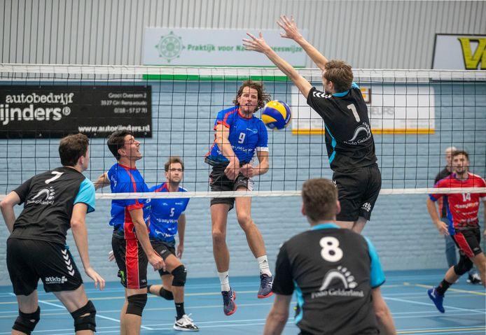 De volleyballers van Scylla (zwarte shirts) worden volgend jaar weer getraind door Marcel van Zuijlen.