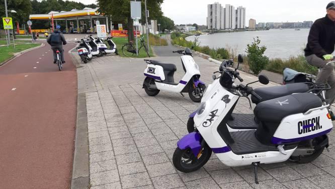 Rotterdam is verkeerd geparkeerde deelscooters spuugzat: 'Ze worden echt overal neergezet'