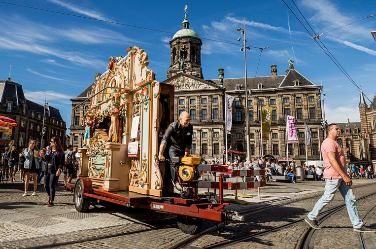 2016-09-10 11:42:52 AMSTERDAM - Een orgeldraaier op de Dam tijdens het Draaiorgelfestival. Het festival wordt sinds 2004 jaarlijks op en rondom de Dam gehouden. ANP REMKO DE WAAL Beeld anp