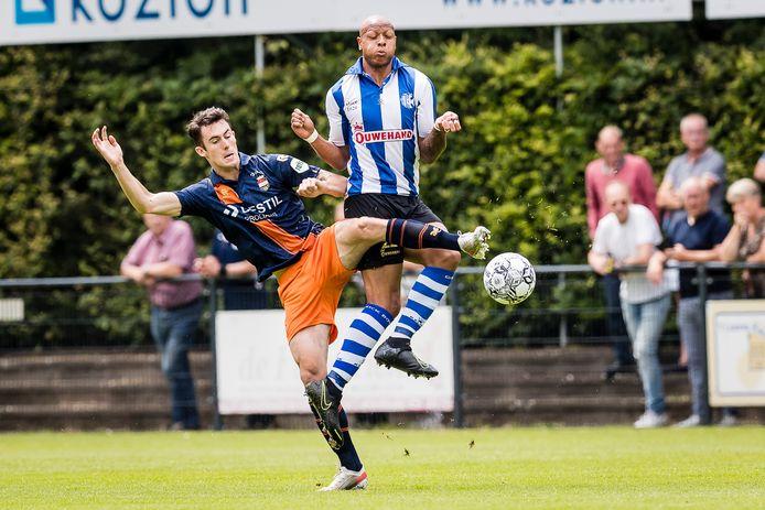 Dylan Ryan in duel met Thijs den Hollander.