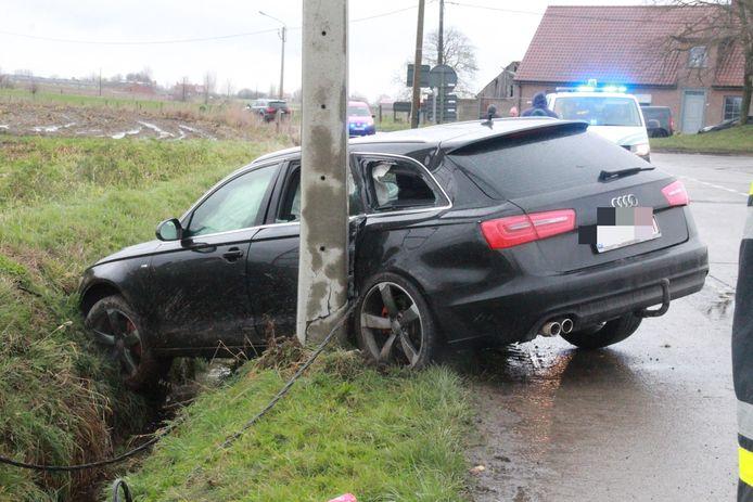 De Audi kwam tot stilstand tegen een paal en hing over de gracht.