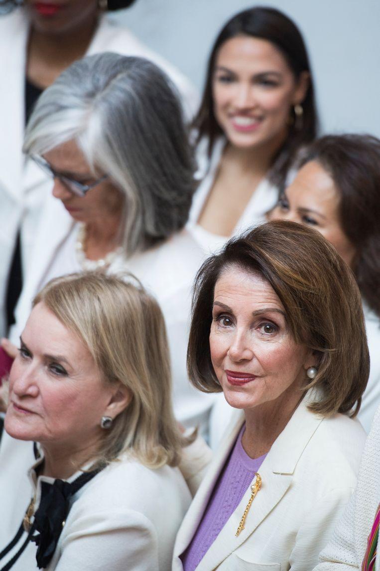 Nancy Pelosi met Democratische afgevaardigden onder wie Alexandria Ocasio-Cortez (rechtsachter), die vindt dat het tijd is voor een nieuw leiderschap. Beeld CQ-Roll Call, Inc via Getty Imag