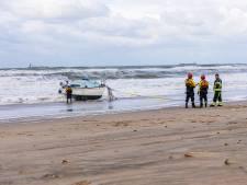 Zeiljacht slaat om in zee, twee opvarenden onderkoeld naar ziekenhuis