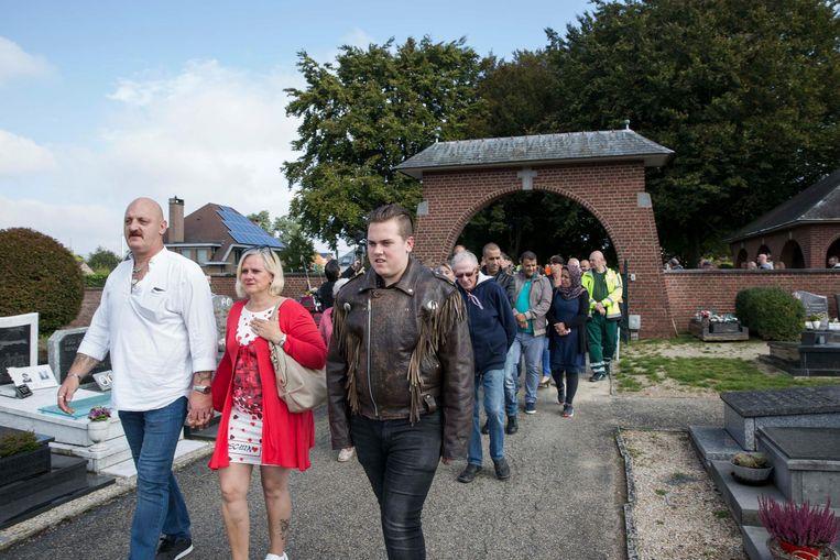 Patrick , Else en Arjoka gaan samen met de motards Alina groeten op het kerkhof.