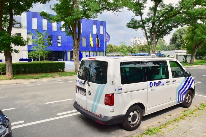 Een ploeg van de politiezone RIHO kwam langs voor het onderzoek naar de molotovcocktails die woensdagnacht aan de voorkant van het politiegebouw langs de Minister de Taeyelaan in Kortrijk werden gegooid.
