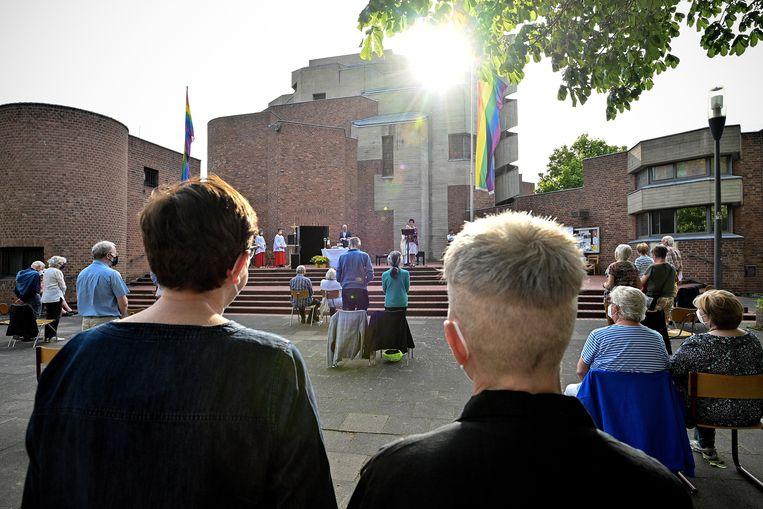 Gelovigen wonen een zegening bij voor een katholieke kerk in Keulen.  Beeld EPA