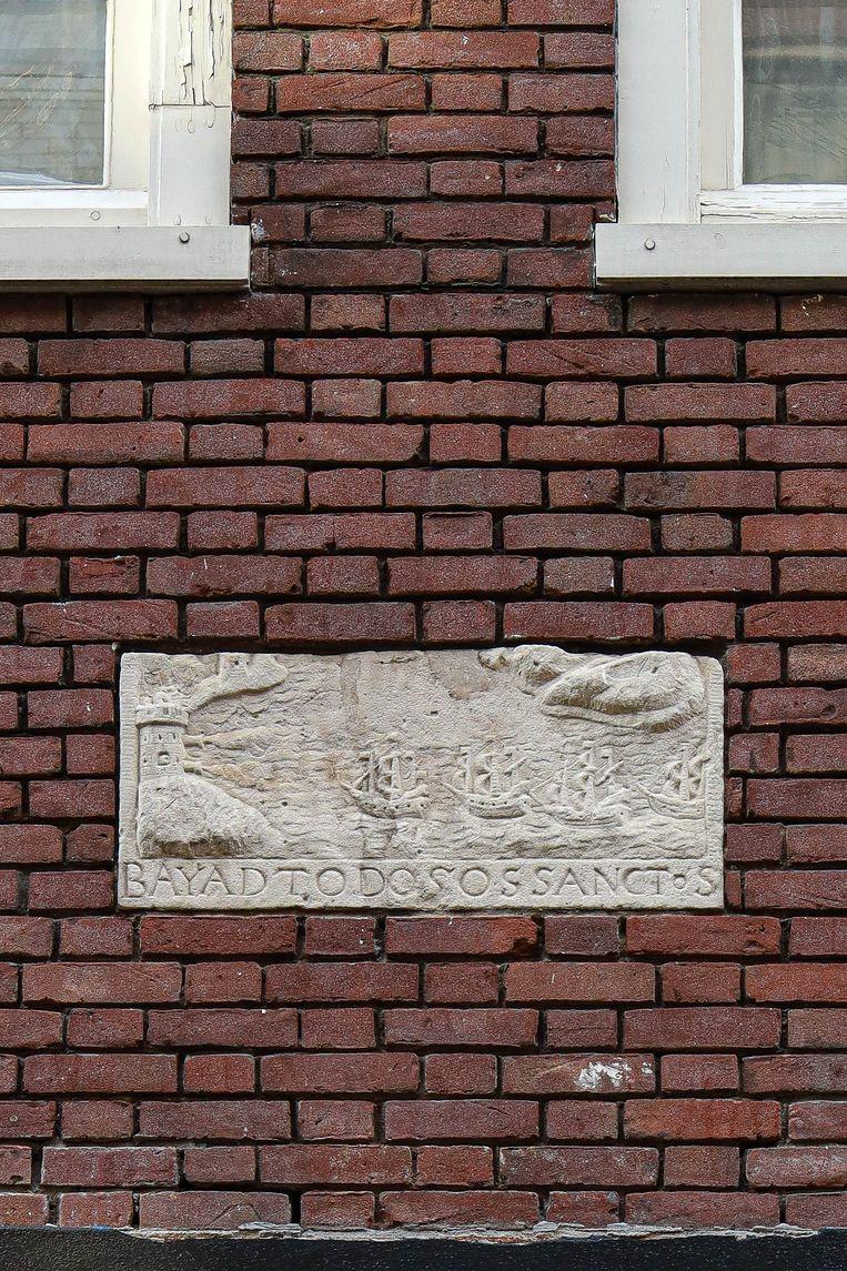 Op 3 april zochten we de gevelsteen in de Rozenstraat die herinnert aan de verovering van het Braziliaanse San Salvador op 9 mei 1624. De afbeelding is een weergave van de gravure die uitgever Claes Jansz Visscher nog dat jaar verkocht. Winnaar van het jaarabonnement op Ons Amsterdam is Eva Dutilh. Beeld Anouk Hulsebosch