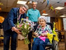 Hoera, mevrouw Van de Merwe is 105 jaar!