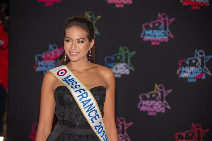 Vaimalama Chaves sur le tapis rouge des NRJ music Awards.