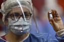 Een gezondheidsmedewerker laat een flesje met het Russische coronavaccin Sputnik V zien.