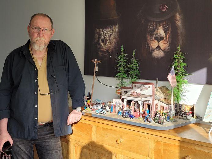 Patrick van Laer naast zijn diorama waar hij meer dan 3.000 uur werk in stak.