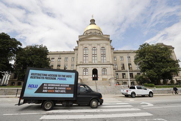 Een truck met de boodschap 'Toegang tot stemmen beperken, beperkt de vrijheid. Punt' voor het staatsparlement van Georgia in Atlanta.