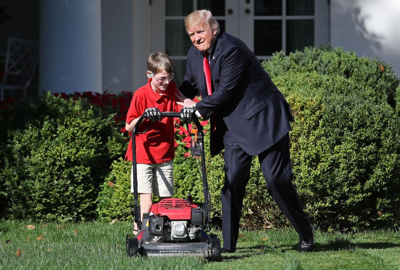 15 september 2017: Donald Trump begroet de 11-jarige Frank Giaccio, die per brief  had aangeboden het gras van hetWitte Huis te maaien. Beeld Getty Images