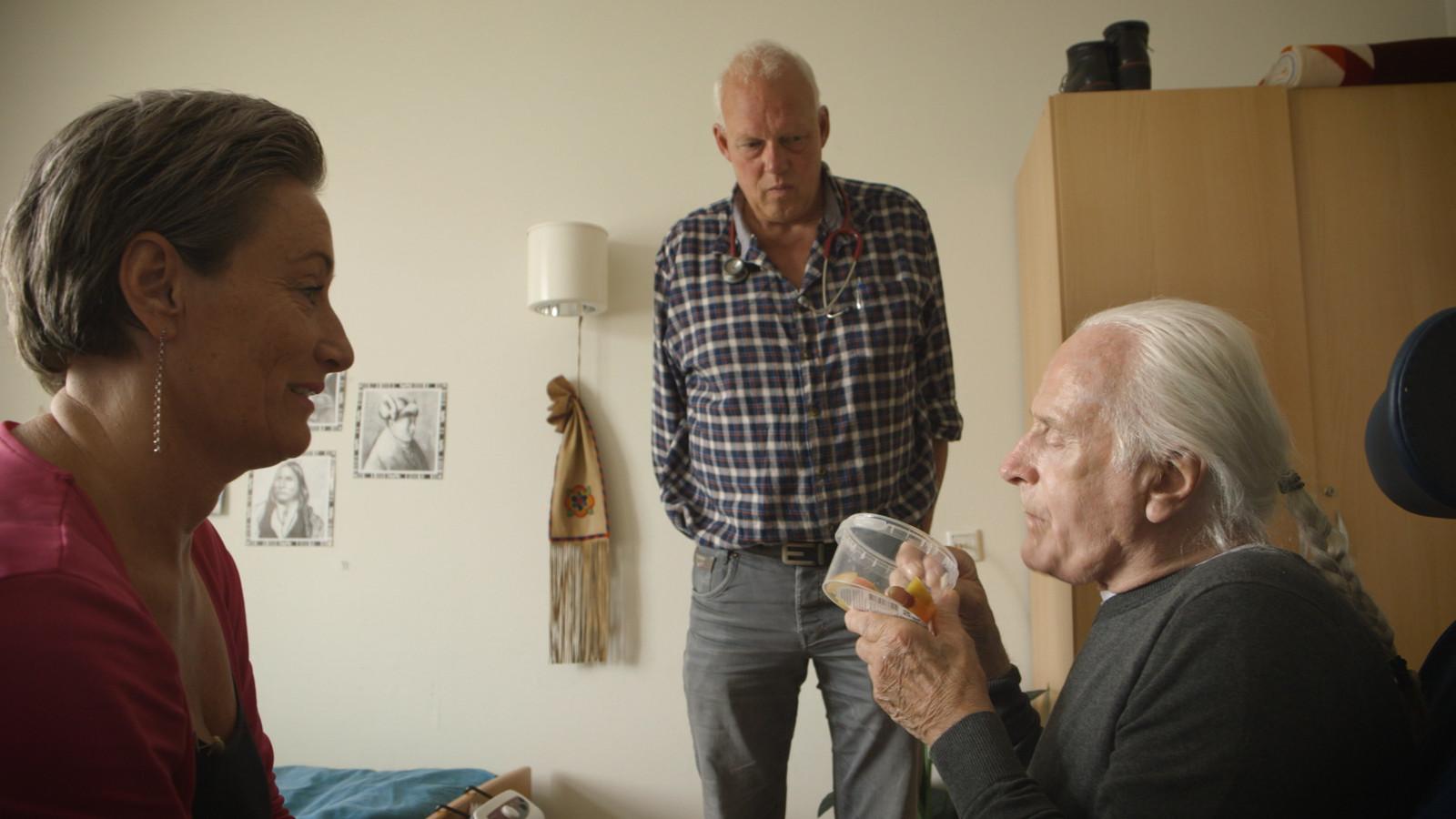 Willy (rechts) met zijn dochter Sandra (links) en dokter Kees (midden).