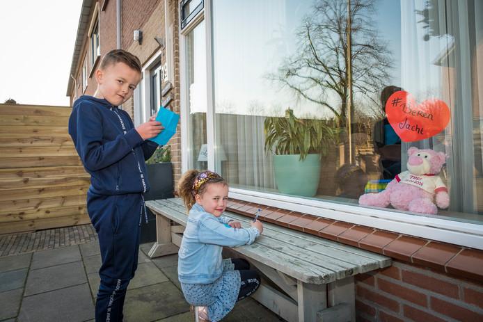 Liam en Fleur hebben er weer een. Overal in NL verschijnen speelgoedberen achter de huiskamerramen. Een initiatief om jonge kinderen de mogelijkheid te geven buiten tijdens een wandelingetje in de eigen wijk zich te vermaken.