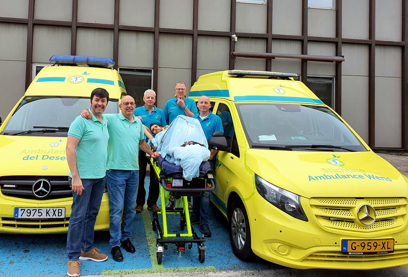 De 'overdracht' van Tom Schoonhoven van de Spaanse ambulance, naar een Nederlandse.